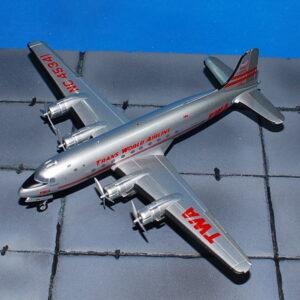 DC-4. Douglas DC-4.Modely letadel . Hobby Master. Modely vojenské techniky. Modely tanků . Sběratelské modely . Modely vrtulníků . Hotové modely . Sběratelské modely letadel. Sběratelské modely vojenské techniky a tanků. Kovové modely. Diecast models aircraft , helicopters , military vehicles , tanks .