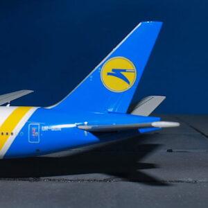 Boeing777.B777.Ukraine International Airlines (UIA-Міжнародні Авіалінії України).Modely letadel. Diecast models aircraft. Modely dopravních letadel. Diecast models airplane.JC Wings LH4072.