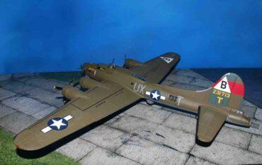 "Corgi AA33320 - Boeing B-17G Flying Fortress , '42-31713/UX-T' ""Snake Hips"" 327th Bom.Sqn. 92th Bom.Group USAAF , RAF Podington (USAAF Station 109) , August 1944.B-17.Modely letadel.Diecast models aircraft. Modely dopravních letadel.Diecast models airplanes.airliner.Modely vrtulníků. Diecast models helicopters.Diecast models cars.Modely vojenské techniky. Diecast models military vehicles.Modely raket.Diecast models rockets.Sběratelské modely.Hotové modely.Sběratelské modely letadel.Kovové modely."